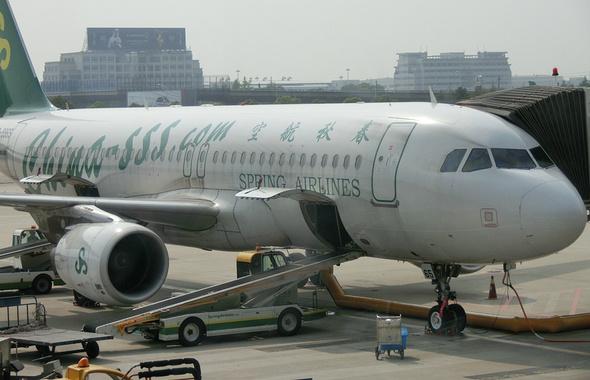 低成本运营理念;所以,托运行李每人收60元;飞机上不提供免费餐饮,食品