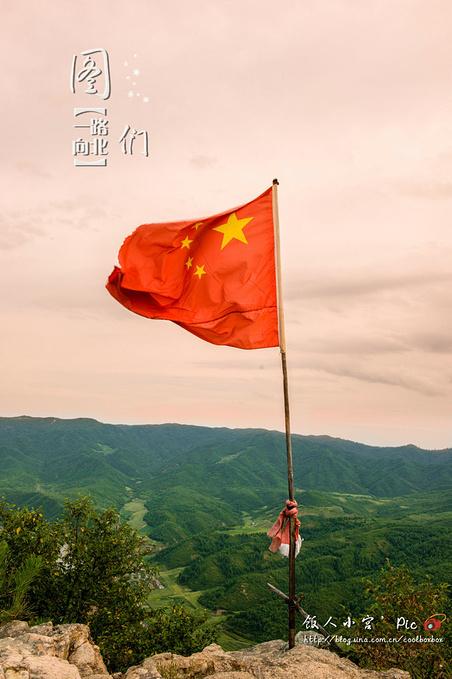 山顶的五星红旗随风飘荡