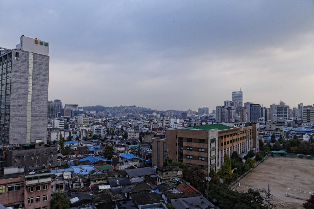 从窗前看出可以看到南山首尔塔 这是首尔的地标性建筑 白天看起来更