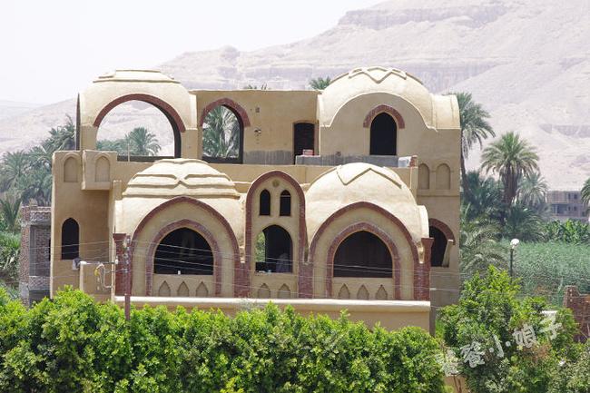 还未盖完的房屋,应该是别墅吧~ 浓郁的伊斯兰圆顶风格