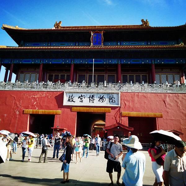 中国境内拥有俩个世界著名的宫殿;一个是皇权之地故宫,另一个是高原之颠布宫。这次所写便是前者。故宫不好写,因为去的人太多,见到人太多,写的人也太多。影响最深的一次去故宫是2013年7月初,因为去的那天没有雾霾,天空很蓝,气温不高,但唯一不足的是人太多。【故宫】原称紫禁城,是明清俩代皇帝所住之处。最早是明永乐[朱棣]年间所建,距今700余年【布局】故宫的布局,故宫的建造布局正是符合中国传统建筑及思想,整体布局方正。故宫位于北京城中轴线的中心,占地70余万平方米,宫墙高12M,城外亦拥有数十米深的护城河。