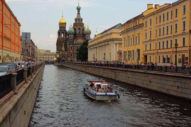 圣彼得堡地铁因为有俄文与英文的双语指示牌