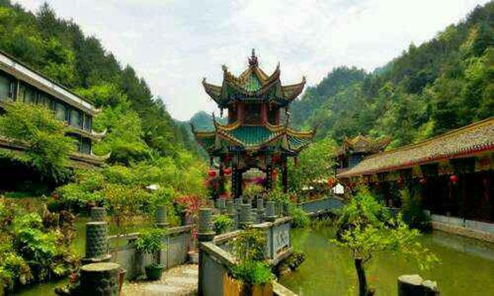 白马峪温泉位于贵州省开阳县白马峪河谷,日.