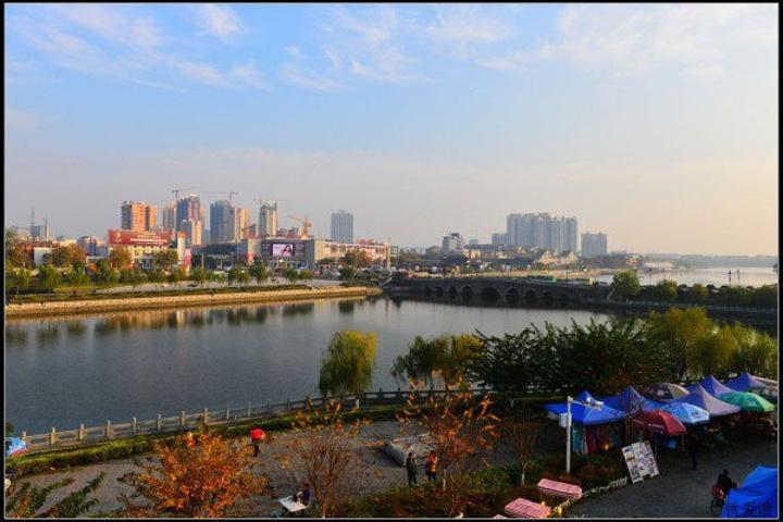 荆州古城墙与护城河之间现已辟为公园,绿树成荫,鸟语花香,是春游踏青