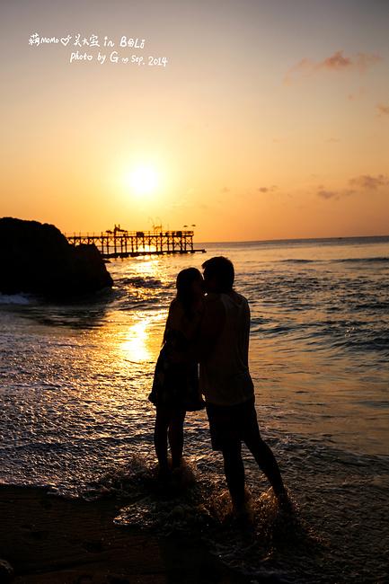 夕陽下,一個老外為我倆合影,照完他覺得人有點黑,問我需要重新照一張
