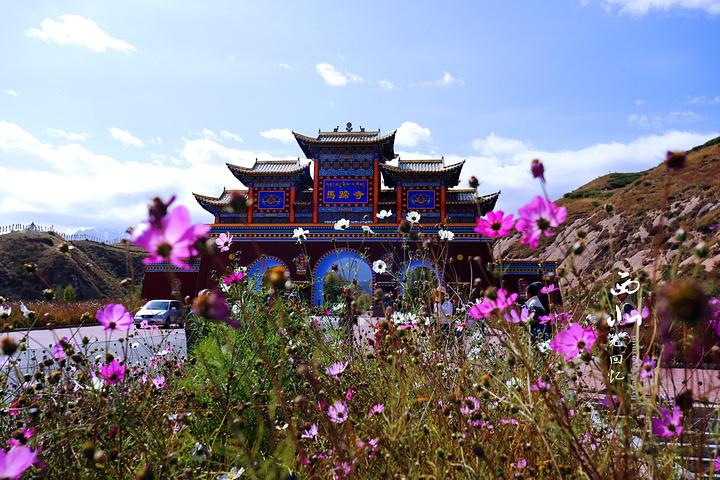 马蹄寺景区位于张掖市区西南方向65km处,地处祁连山脚下.