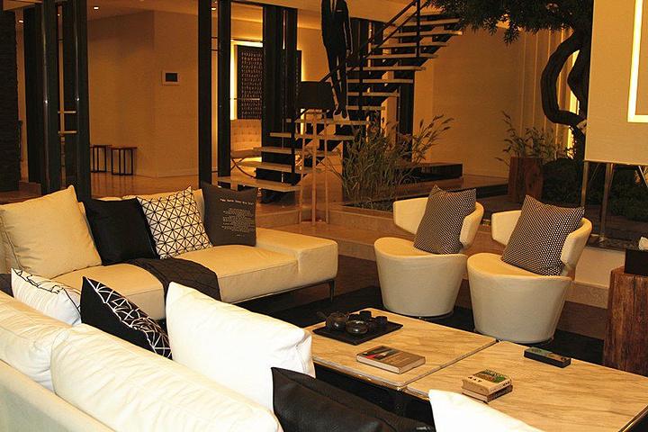 都敏俊的客厅,在这里展现了都教授的客厅中望远镜,沙发,开放式厨房.图片