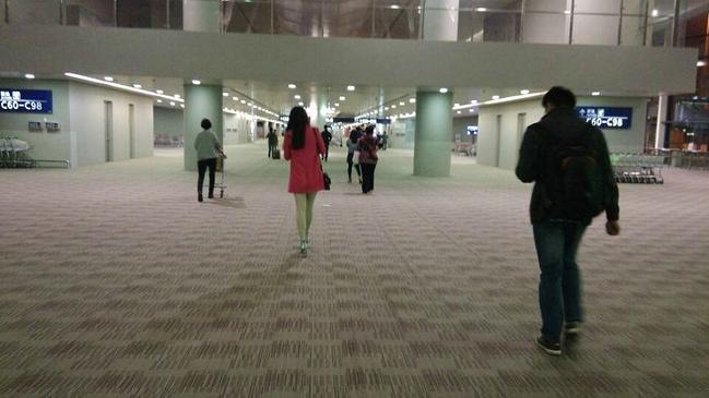 女生机场长发背影自拍