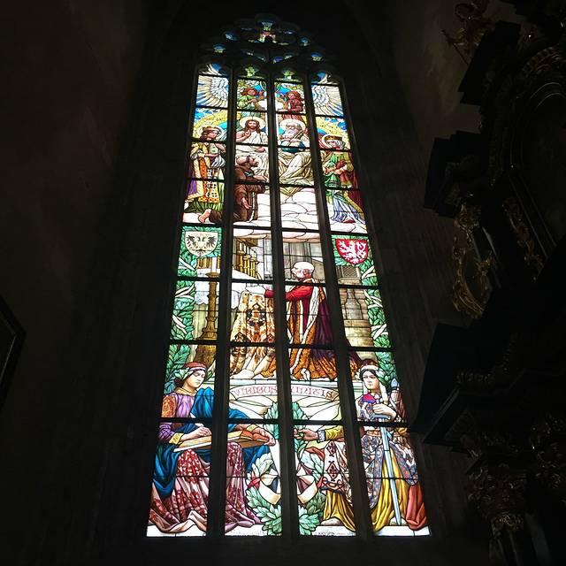 彩绘的玻璃窗装饰着哥特式教堂