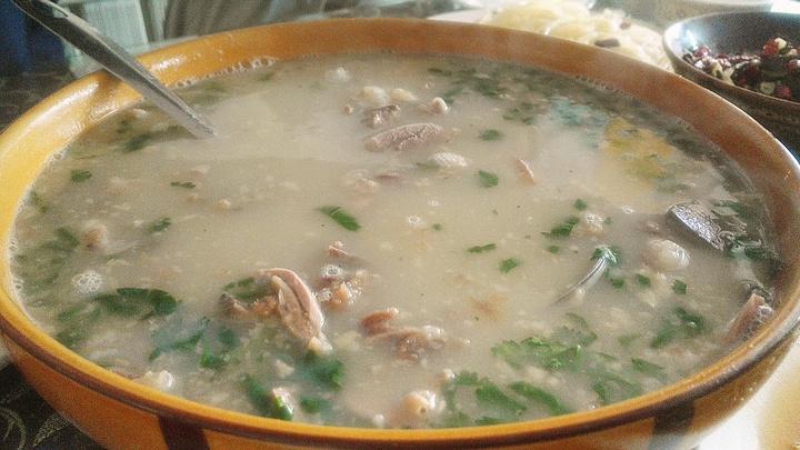 #全羊汤# 汤浓肉香,肥而不膻。汤泛白,一看无任何添加剂的清汤;肉,是大块大块的,十分符合山东人那种大碗喝酒,大块吃肉的性格。而且里面的肉很多,确切的说,是以羊肉为主,只有少许的羊杂,再配上一些香菜,让人食欲大开;