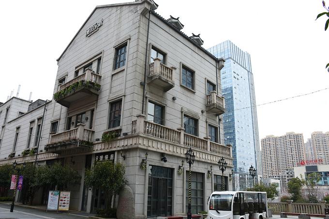 建筑很欧式复古,里面是一些服装品牌店,当然也有餐饮店,整条街走下去图片