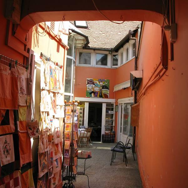 Szenten-dre位于布达佩斯北郊三十公里左右的小镇,坐红色线到Batthyany Ter站转Szenten-dre车次,步行约二十分钟即到, 说是小镇,其实更像一个集市,步入小镇,进映入眼帘第一处风景便是一排古老的欧式建筑,这些带着塞尔维亚风情的老屋,现在大多是一个个独具特色的餐厅和咖啡馆。可能是被过度商业开发,各种店铺、画廊林立,卖的商品基本雷同,可以说逛一家店等于百家(纯属个人观点),不过小镇风情依然优雅。很纳闷Szenten-dre被国人称之为山丹丹,一开始以为小鎮处于丘陵地帶,山上开满一株