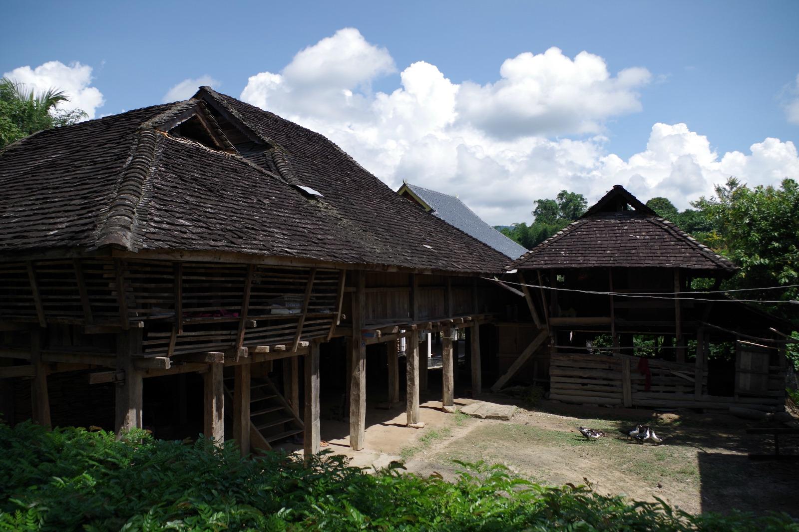 果然,最老的一代傣族民居已经不多了,木质的建筑朴素简洁,但年代久了图片