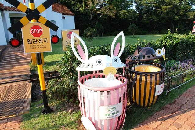 路边可爱的垃圾桶,还有青蛙造型的忘记拍了