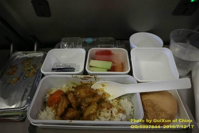 下午4:43,国泰航空的飞机餐,不错!