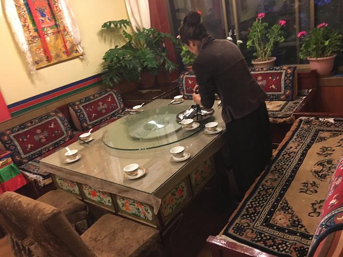 """这名导游叫罗布顿珠,团里都叫他罗布拉,在罗布后加一个""""拉""""字,表示友好。 作为一名当地的信徒,罗布拉非常希望内地人了解西藏的文化,一路上除了讲解景点内容,还介绍很多关于藏传佛教的知识,但是他更愿意为我们讲述人与天地自然相处的方式。 希望西藏未来的旅游开发不要破坏这里的纯净,虔诚。 【关于注意事项】 1."""