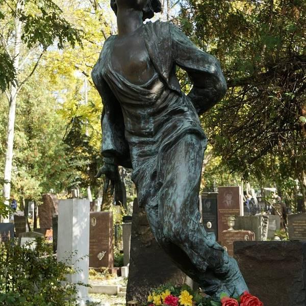 在莫斯科的最后一天,去了新圣女公墓,莫斯科的新圣女公墓,是各国游客最爱去的地方,许多曾经对俄罗斯历史发展进程中起过推动作用的名人都长眠于此。墓主的灵魂与墓碑的艺术巧妙结合,形成了特有的俄罗斯墓园文化。 在公墓还碰到好心中国旅游团一路为我讲解各个名人之墓,从叶利钦、赫鲁晓夫到契诃夫、奥斯特洛夫斯基、果戈里感恩,感动,感谢。俄罗斯前总统叶利钦的墓碑是一面俄罗斯国旗。戈尔巴乔夫的妻子。著名设计飞机的科学家长眠于此。独特的墓碑。唯一的在墓园里的中国人王明。王明的爱人也长眠于此。黑白分明的赫鲁晓夫。芭蕾女神乌兰