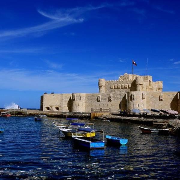 亚历山大灯塔的遗址在埃及亚历山大城边的法洛斯岛