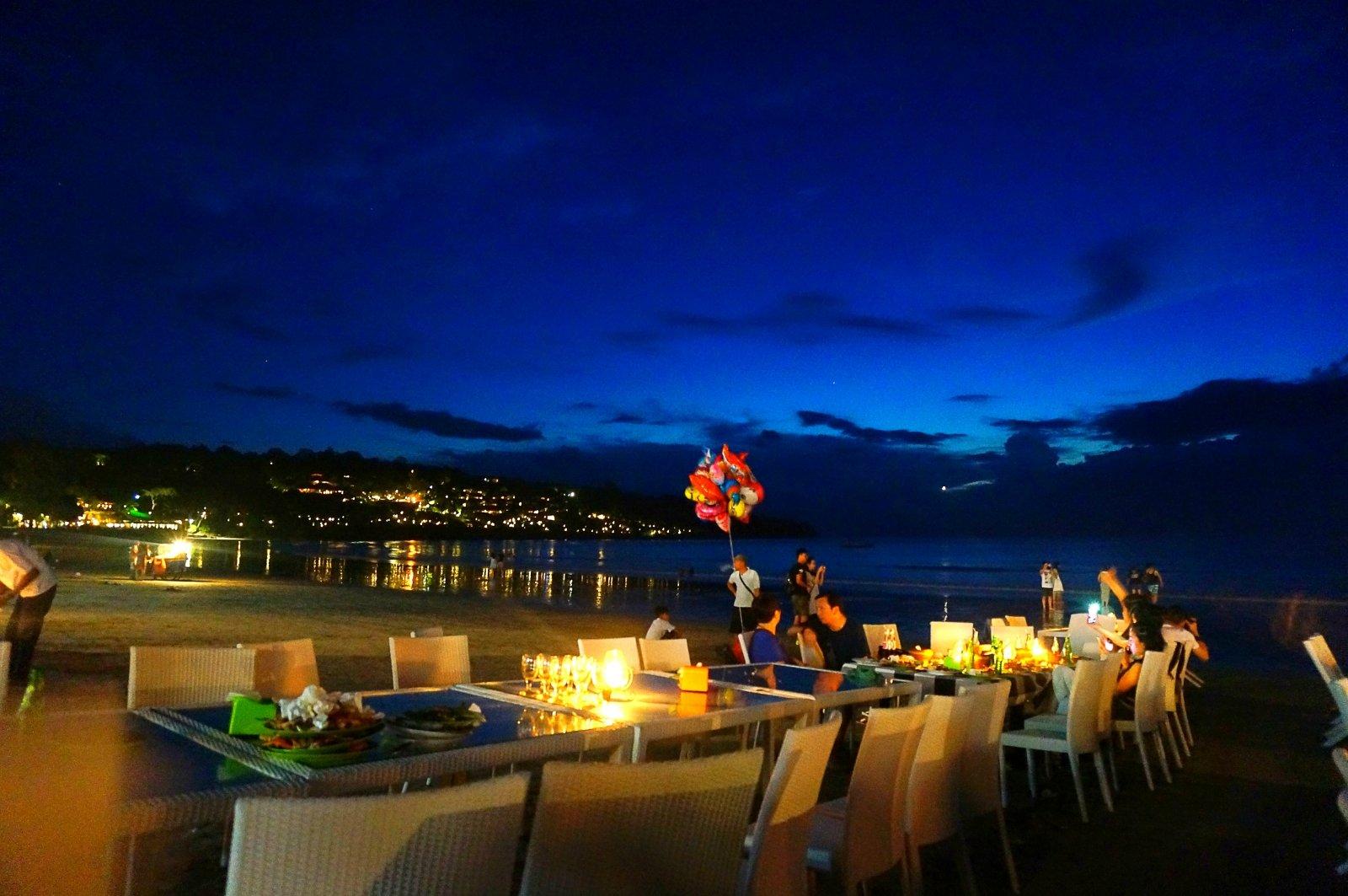 金巴兰海滩是巴厘岛比较出名的一个景点,傍晚的时候,我感觉一路上的
