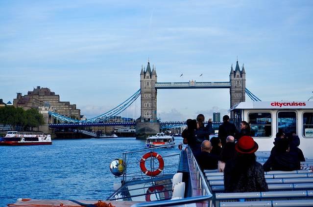 泰晤士河南岸自然风光很美,政府特辟了全长一点六公里的临河小路,供游人散步健身,这么一种难得的健身旅行,当然不能错过。 线路:搭车到威斯敏斯特宫,然后乘坐地铁到伦敦塔桥,再沿泰晤士河闲庭信步,慢慢欣赏两岸风光回到大本钟,Follow me!约四站到达伦敦塔,出站即进入伦敦塔的广场,伦敦塔曾作为堡垒、军械库、国库、铸币厂、宫殿、天文台、避难所和监狱,1988年被列为世界文化遗产。 这里参观人群暴多,要耐心等待吖。 伦敦塔最古老的建筑是位于要塞中心的诺曼底塔楼,是整个建筑群的主体,因其是用乳白色的石块建成,史称