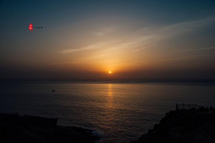 凌晨4点40分,睡得迷迷糊糊的我接到老板娘电话,起来看日出。火速起床,简单洗漱了下,我们便出门了。 车程20分钟左右,从枸杞岛跨越三礁江大桥到嵊山岛,经过嵊山渔港时,凌晨的渔港已经灯火明亮。除此之外,一路黑漆漆的,基本上除了汽车的灯光,就看不到什么亮。若是自己开车来,这黑灯瞎火的还真是不好走。 到达东崖绝壁门口,已经有一队摄影爱好者在那里调试设备了,此时还很早,我们下车后在司机的指引下,沿着修建好的栈道,往最东面走去。 东崖绝壁在嵊山岛最东端,也是舟山群岛的最东端,高达数十米,连绵数千米,直伸入海。 崖形