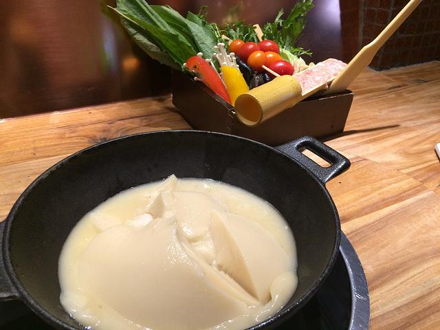 推荐菜品有胶原蛋白鲜蔬火锅,芝士肉卷烤肉饭,猪南烧,刺身拼盘等等.