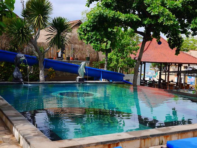 每个酒店都是有泳池的,还有大长滑梯,可惜只能儿童使用.