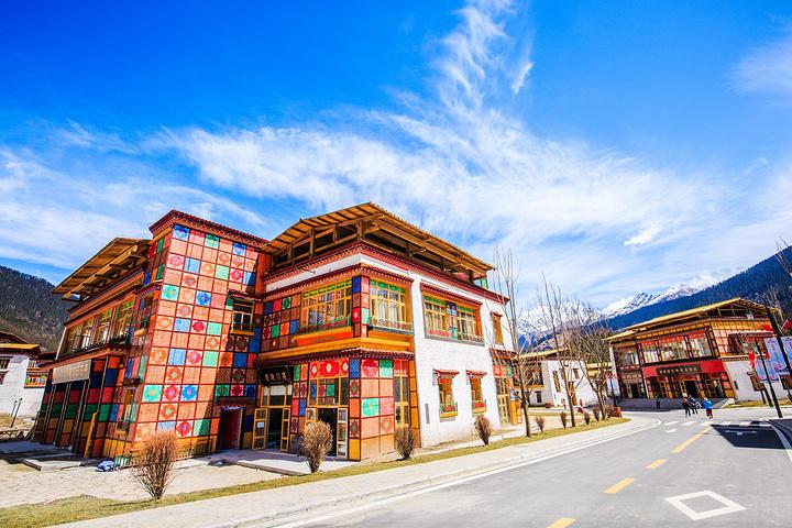 鲁朗小镇保留了丰富的藏族元素,在这里可以看到湖景湿地,精美建筑,观