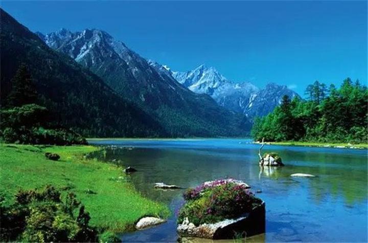 """因""""海中""""生长有荷花而得名,又名合合海子,属高山淡水湖泊,四周有草原"""
