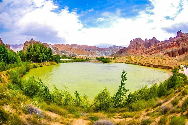望着蓝天白云下,黄河两岸那雄伟神奇的七彩丹霞地貌,映衬着柔美黄河水