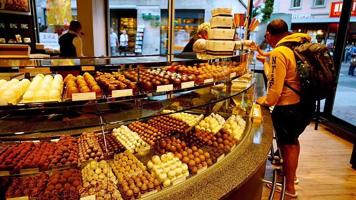 白巧克力配果仁那款好吃到哭!街边店铺里精致的面包图片