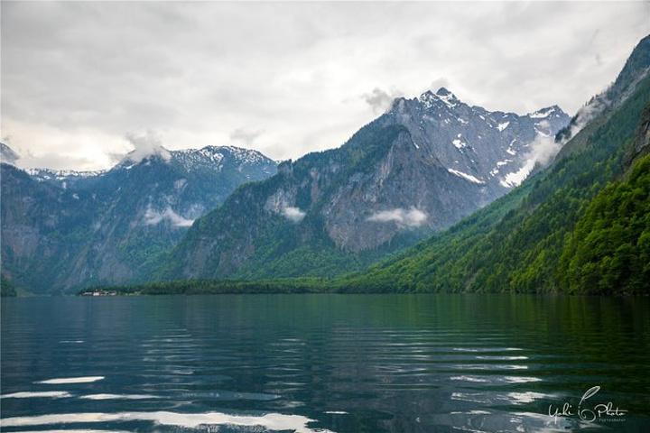 2018游船途中,一路的风景幽静神秘.我看着窗外的湖景