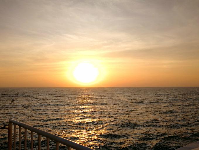 西沙旅游的最后一天早晨终于看到了日出,火红的太阳从海平面升起,一天