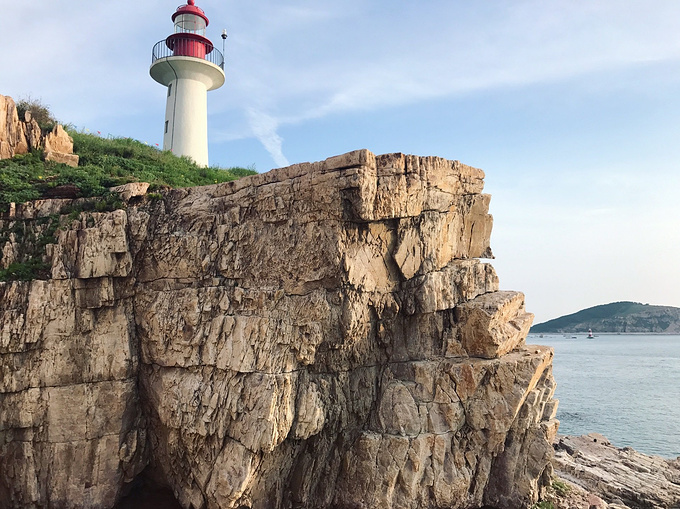 在悬崖下过的时候一定要快走,小心山顶坠石,同时也要小心不要踩空.