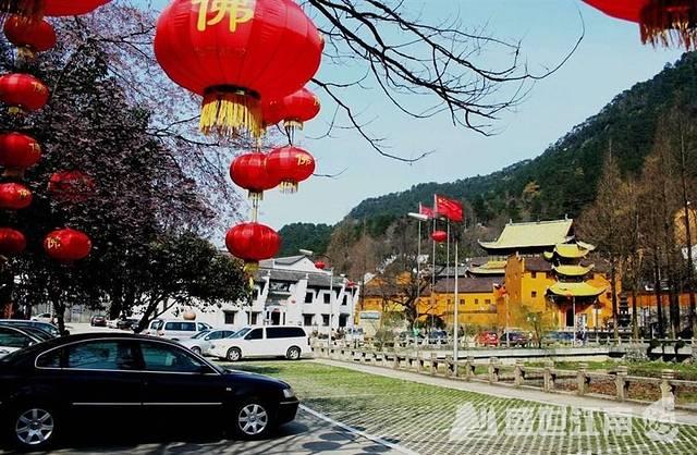 九华山是我国著名的四大佛教名山之一,是著名的地藏菩萨道场。景色秀丽,古刹林立,香火旺盛,宗教文化与山水文化相融,大量的历史人文活动,使九华山成为一座历史悠久、积淀丰厚的文化名山。他以佛教文化和奇丽的自然景观为特色,是游览观赏和开展科学文化活动的山岳型国家重点风景名胜区。长期以来,灵山、圣地、自然、人文相互交融,在这块佛地净土上,演绎出诸多的奇闻、奇观、奇事,从而使地藏菩萨道场神光异彩,佛教文化特色鲜明。 九华山风景区是全国著名游览避暑胜地,景区内古刹林立,香烟缭绕,是善男信女朝拜的圣地;九华山风光旖旎,气