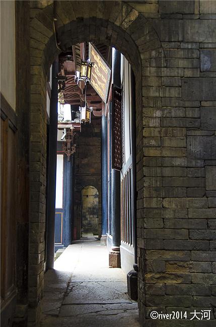 整个府邸高墙耸立,墙有三层楼那么高,通过这样的圆门贯通起来.