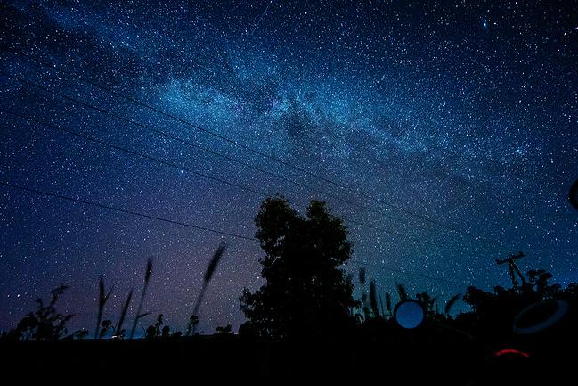 山下赏星空图片