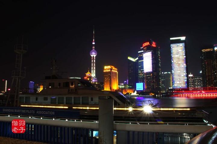 """""""外滩位于上海市中心黄浦区的黄浦江畔,它是上海的风景线,周围还有"""