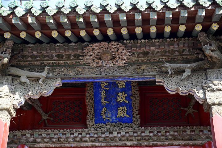 整座大殿全是木结构,面阔五间,进深三间.