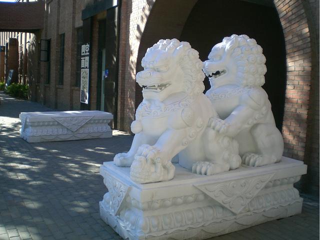 798艺术中心骑着狮子雕塑