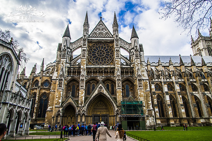 """伦敦之行第一站,威斯敏斯特大教堂(Westminster Abbey),据说是英国地位最高的教堂(之后会详细介绍),2011年威廉王子就在此举行婚礼哦!教堂内部严禁拍照,甚至不可使用手机,我只是掏出手机想看看时间,马上就有工作人员前来友善的制止:""""在教堂内请不要使用手机。"""