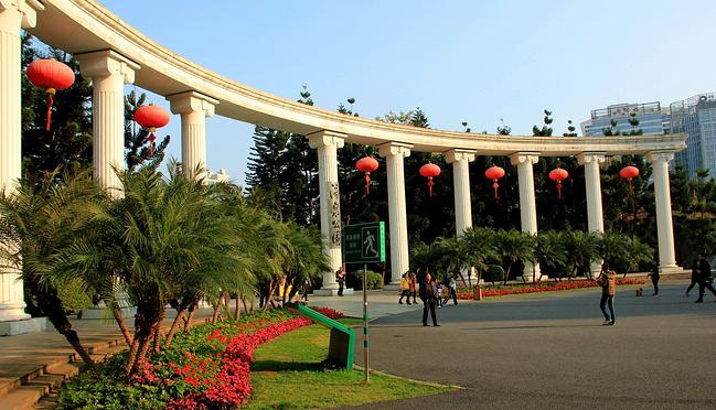 就会看到温泉公园欧式风格的古罗马柱西大门