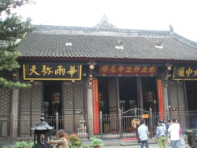 文殊院内供奉大小300余尊佛像,有钢铁铸造,脱纱,木雕,石刻,泥塑等多种