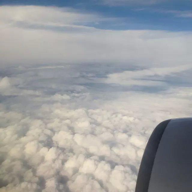 飞机后面的白雾是什么