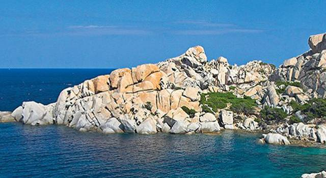 在南澳岛青澳湾附近有一个灯塔,是渔船的方向灯!