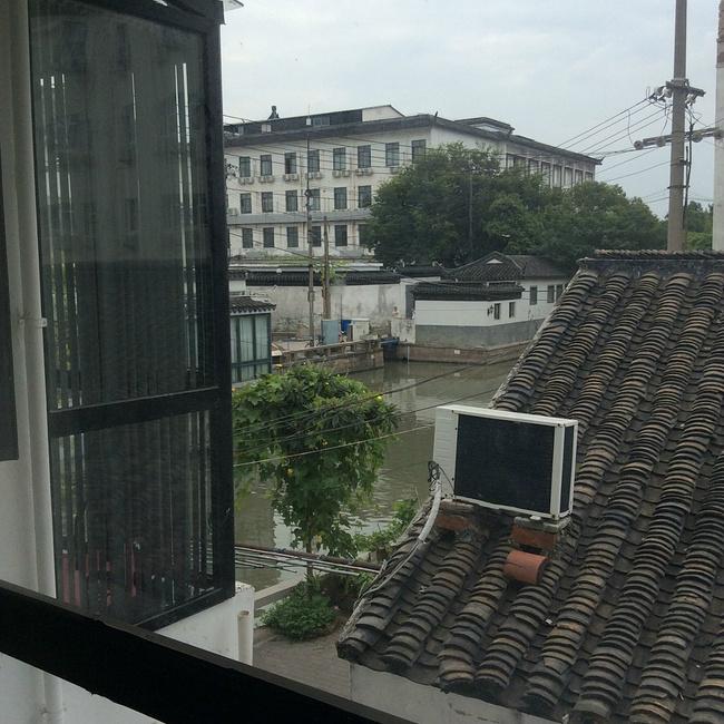 从窗外就能看到外面的风景,房屋矮矮