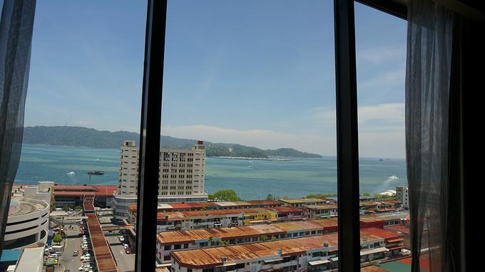 靠在窗边的沙发上看看风景还是不错的,虽然这个酒店离海边还有一段