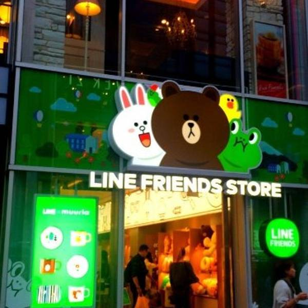 LINE FRIENDS LIne软件用了真心觉得好,每一个表情包中的卡通人物都萌的不要不要的! 后来就出现了以Line Friends主人公们为主题的商店,在韩国人气也十分的, 我们随便逛到东大门的Doota商场,地下一楼,高门口标志性的巨大布朗熊, 就来到此一游拍照了,当时大家都分散在四面八方各自买东西去了,随意拍了几张 LINE FRIENDS的产品齐全,不仅是卡通公仔,还包括生活用品,学习用品,衣服包包等等! 大家可以根据我收集的地址选一家去,每家店装修不一样,商品基本上差不多 Line官网:h