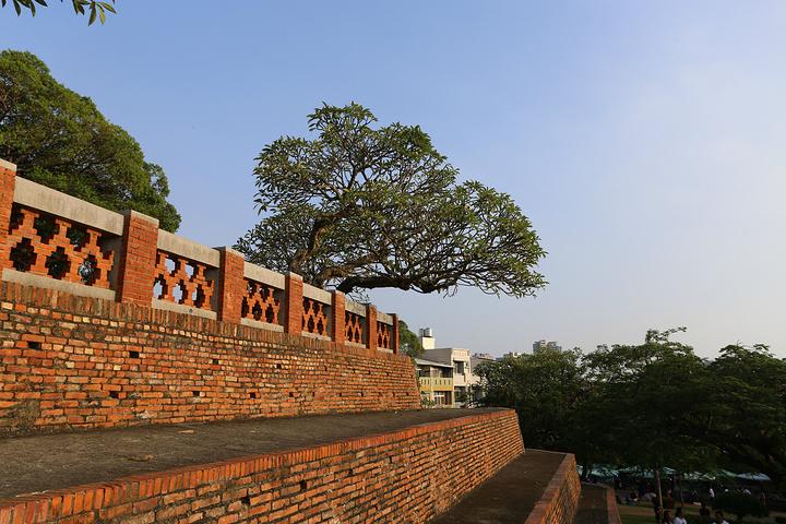 安平古堡为红砖建筑,造型别致,堡内的园林也是风景优美,傍晚时分,与古