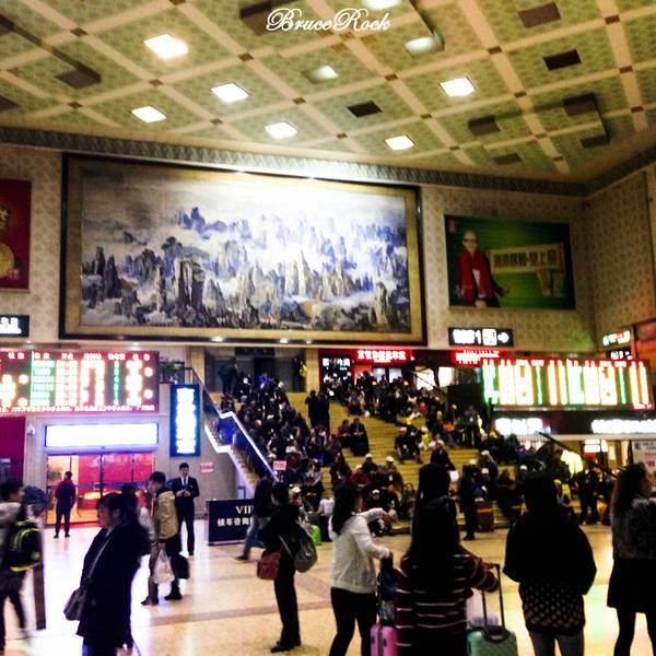 到凤凰的方式很多种,凤凰没有火车站,只能到吉首后坐大巴去凤凰,也很方便,我选择去长沙中转,顺路回味一下长沙,下午三点十分的车,结果我睡过头了,两点二十才起来,风一样的火速赶地铁到武昌火车站,三点09分到达检票口,一切都迟了,欲哭无泪啊!一直踩点坐火车这习惯果然不好,没赶上火车,浪费了50块钱,到吉首的车是晚上十点,这次晚点,不知道后面会不会晚点,实在太惨了,马上再买去长沙的,最近一班在五点四十,踩点到长沙,万一晚点了老子吉首的车又坐不到又坑爹了.